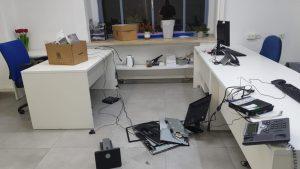 חלון,מחשבים,ארגזים,שולחנות