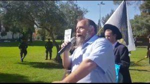 גופשטיין בהפגנה נגד המצעד