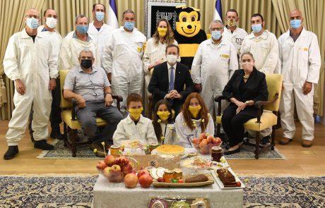 לרגל ראש השנה: רעייתו של יצחק הרצוג אירחה מפגש עם הדבוראים ונציגי מועצת הדבש