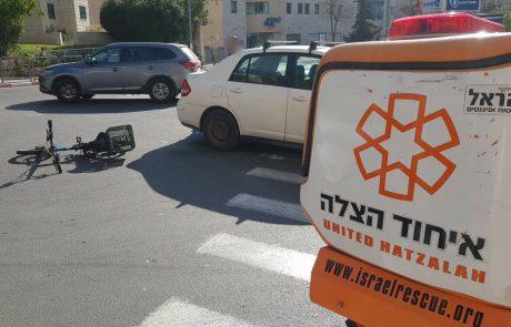 רוכב אופניים חשמליים נפצע בינוני בתאונה בירושלים