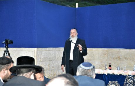 שכונת רביץ: סגן ראש עיריית ירושלים הרב יוסי דייטש קבע מזוזה בפרויקט אורנים, של קבוצת בית ירושלמי