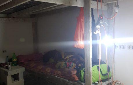 לא הרחק ממוסדות החינוך של הנערות והילדים בשכונה החרדית: נחשפה אכסניה לפועלים מהשטחים