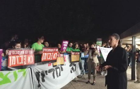 מחאת הסטודנטים בעברית – שרת התחבורה מירב מיכאלי הגיעה לדבר עם המפגינים