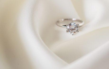 האם רצוי או שמא לאו לבחור טבעות אירוסין מאבני חן?